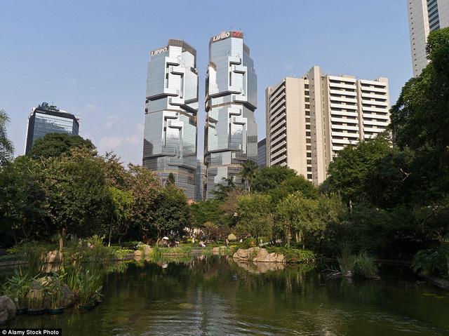 """Tòa nhà Lippo Centre, Hong Kong, là công trình gồm 46 tầng với biệt danh """"tòa nhà gấu Koala"""" bởi kiến trúc của nó khá giống với gấu Koala, một loài động vật sống ở Úc."""