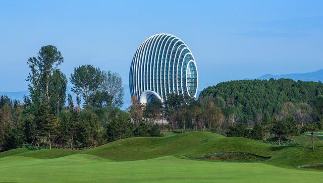 Khách sạn khai trương từ tháng 10 năm ngoái, cao gần 100m với 21 tầng và 306 phòng ốc. Bên trong công trình còn có phòng họp, trung tâm giải trí và tập gym, hàng loạt các nhà hàng và quán bar. Đây là tác phẩm của nhóm kiến trúc sư Thượng Hải Huadu Design Co.