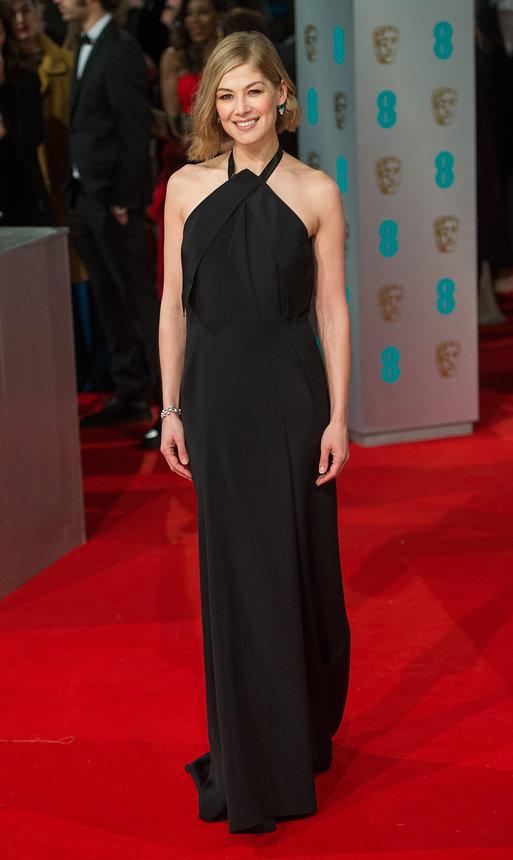 Sau những bộ váy bị chê tả tơi tại các sự kiện gần đây, Rosamund Pike đã có lựa chọn đơn giản hơn khi xuất hiện ở Lễ trao giải BAFTA. Chiếc váy đen tuy đơn giản nhưng lại giúp người đẹp Gone Girl trở nên sang trọng hơn.