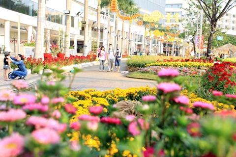 Khách tham quan Hội chợ hoa xuân Phú Mỹ Hưng Tết Ất Mùi 2015. Ảnh: TTXVN.