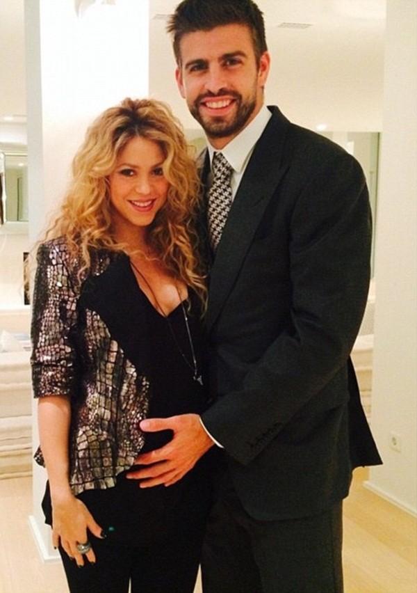 Trước ngày sinh nở, Shakira khoe bụng bầu căng tròn bên cạnh cha con Pique 4