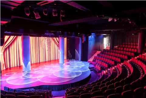 Sân khấu dạng bán nguyệt với hệ thống màn chiếu đa lớp hiện đại, có khả năng tạo ra những hiệu ứng sân khấu đầy bất ngờ.
