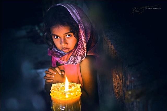 Bé gái người Chăm dưới ánh nến