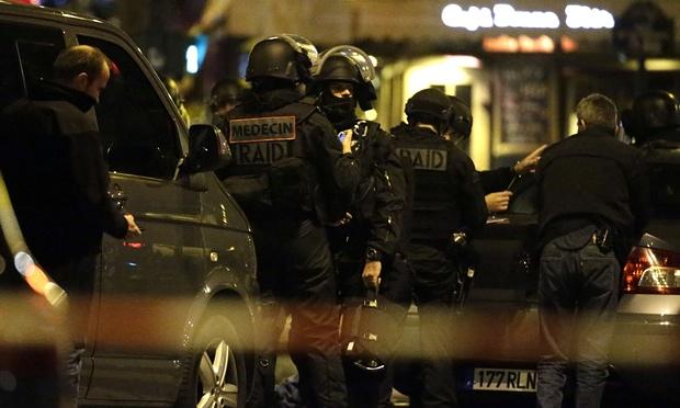 Lực lượng an ninh đặc biệt được triển khai để giải cứu các con tin ở nhà hát Bataclan (Ảnh: Kenzo Tribouillard/AFP/Getty Images)