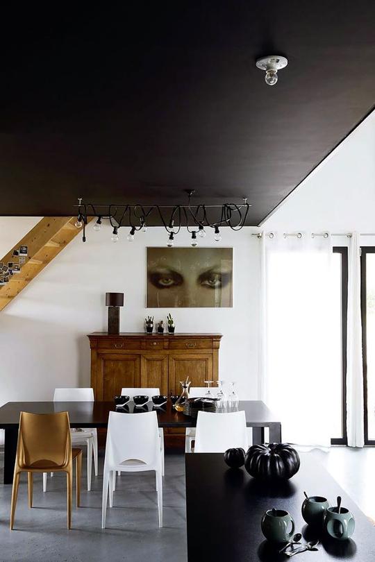 Sử dụng màu đen cho trần nhà