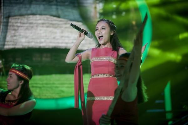 Nhật Thủy gây ấn tượng với giọng hát cao vút khi hóa thân thành NSƯT Thanh Thúy qua ca khúc Cô gái vót chông