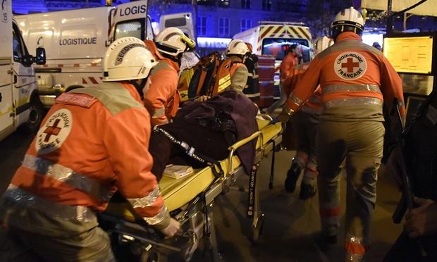 Các nhân viên y tế của Hội Chữ thập đỏ đang trợ giúp những người bị thương trong vụ khủng bố (Ảnh: Dominique Faget/AFP/Getty Images)