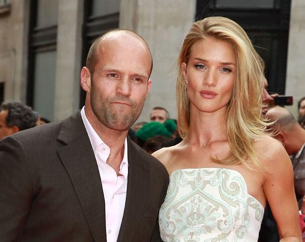 Jason Statham công khai mối quan hệ với siêu mẫu Rosie Huntington Whiteley vào năm 2010. Trước khi đến với ngôi sao phim Người vận chuyển, bông hồng Anh từng yêu Ty Wood - con trai út của Rolling Stone Ronnie Wood và nam diễn viên Olivier Martinez. Trong khi đó, Jason chia tay với người mẫu Kelly Brook trong năm 2004 sau 7 năm gắn bó