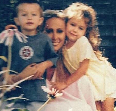Trái với hình ảnh nổi loạn và cá tính hiện tại, Miley Cyrus khi còn nhỏ là một cô bé xinh xắn như búp bê và khá nhút nhát. Cô thừa hưởng vẻ ngoài quyến rũ của mẹ ruột. Việc gia nhập làng giải trí khá sớm khiến Miley phải chịu nhiều sức ép. Miley rất gần gũi và luôn bảo vệ mẹ. Sau khi cha mẹ ly dị, Miley đã đứng về phía mẹ ruột và động viên bà hết mực.
