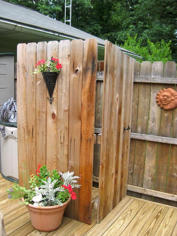 Nhà tắm này được xây dựng bằng cách lắp ghép những thanh gỗ một cách đơn giản và nhanh chóng nhưng cũng không kém phần xinh xắn.