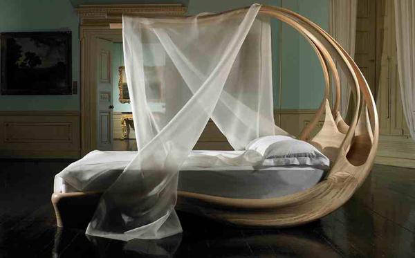 Cách sử dụng gỗ vòm ở khung giường này quả thật có một không hai. Chiếc giường trông như giường của một công chúa khi rủ thêm màn xuống.