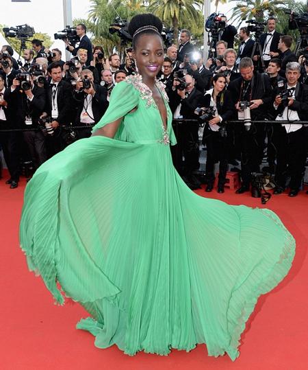 Lupita diện váy của Gucci trong lễ khai mạc LHP quốc tế Cannes năm 2015. Tuy nhiên, chiếc váy với màu xanh tương phản với màu da của Lupita khiến nữ diễn viên 32 tuổi trông rất sến và kém sang.