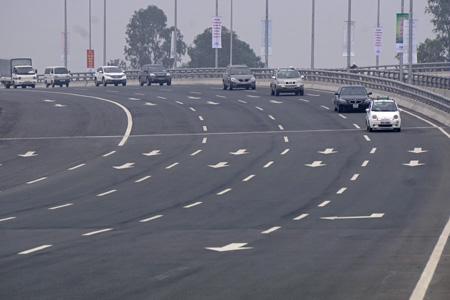 Mặt đường có chiều rộng 80 - 100m, cùng 2 đường gom dành cho xe máy và xe thô sơ.