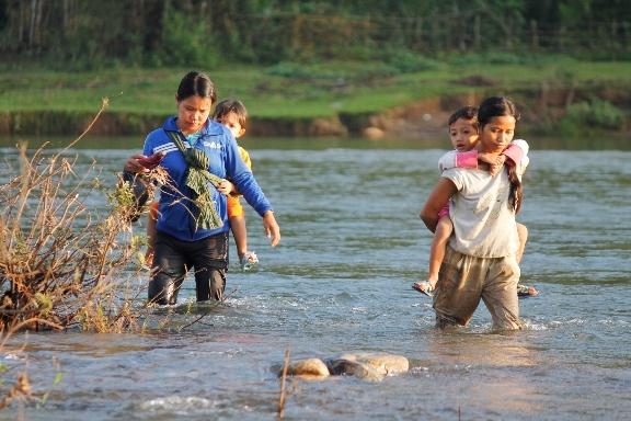 Các em học mẫu giáo các phụ huynh phải cõng trên lưng lội qua sông