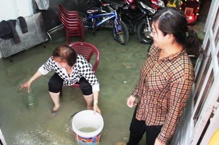 Một hộ dân trên đường Phạm Văn Đồng bị nước tràn vào nhà gây hư hỏng nhiều tài sản.