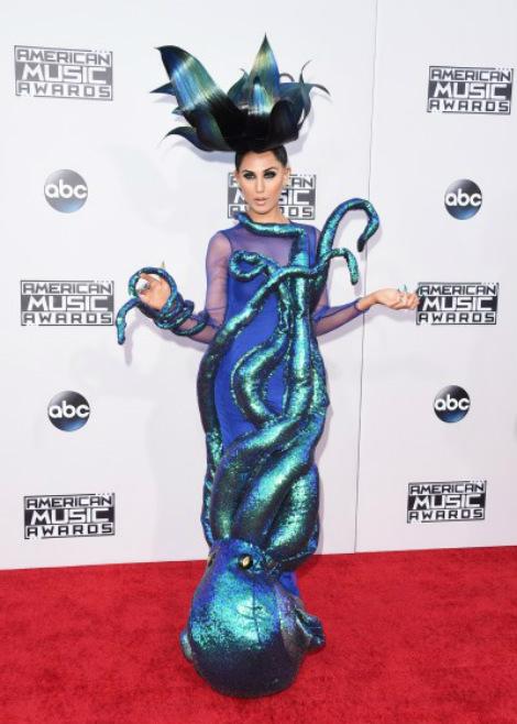 Bên cạnh đó, nghệ sĩ Z-Lada cũng gây sốc không kém với trang phục bạch tuộc.