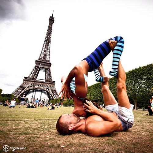 Tạo dáng tại tháp Eiffel, Pháp.