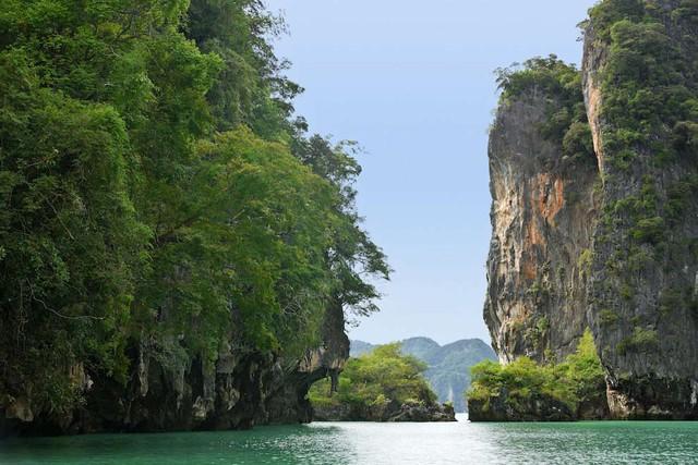 Vịnh Phang Nga nằm giữa Bán đảo Mã Lai và đảo Phuket tại biển Andaman, được bảo tồn tại Vườn quốc gia Ao Phang, Thái Lan, là một địa điểm du lịch rất nổi tiếng đối với du khách.