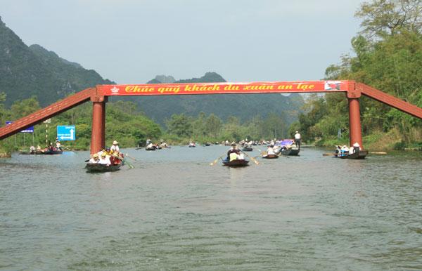 Du khách đi thuyền vào lễ hội.