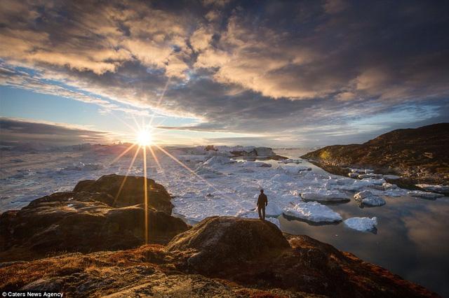 Mặt trời tỏa sáng rực rỡ trên những khối băng