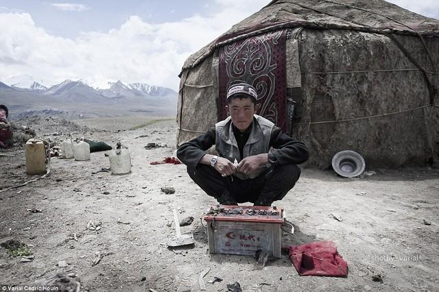 Nhiếp ảnh gia Pháp cho biết, chế độ ăn hàng ngày của người dân có lượng calorie khá thấp với bánh mỳ và sữa bò Tây Tạng