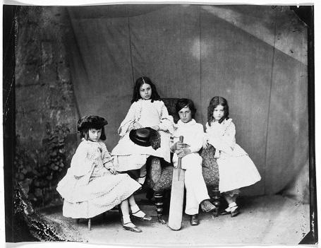 Bốn chị em Alice, Ina, Harry và Edith Liddell. (Ảnh chụp năm 1860)