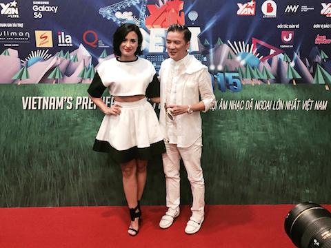 Demi Lovato cùng ca sĩ Đàm Vĩnh Hưng tại buổi họp báo.