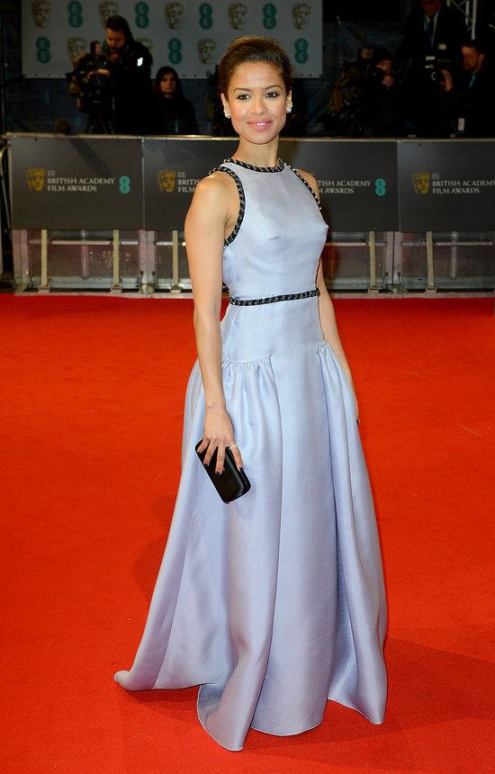 Nữ diễn viên Gugu Mbatha-Raw trông thu hút trong chiếc đầm dài màu ánh tím, nổi bật với đường viền đen lấp lánh. Chiếc đầm là thiết kế đẳng cấp của hãng Prada.