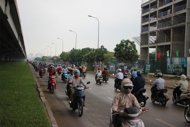 Phương tiện xe máy lũ lượt đi ngược chiều trên đường Nguyễn Xiển