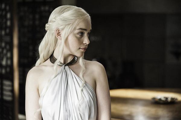 Trong cảnh quay khác, Daenerys lại diện chiếc váy trắng đẹp hút mắt với chiếc cổ váy bằng đồng.