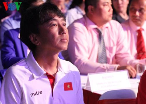 HLV Miura ngồi ở hàng ghế VIP chăm chú theo dõi Lễ xuất quân.