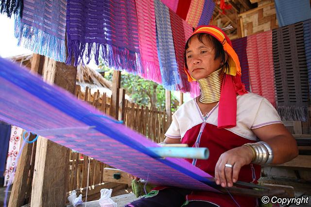 Phụ nữ người Karen dệt vải