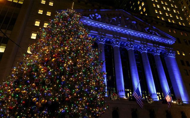 Cây Noel đặt tại bên ngoài sàn chứng khoán New York ở Manhattan.