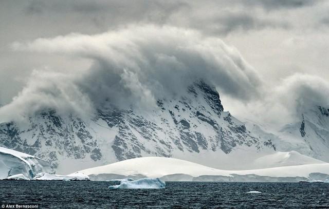 Mây bao trùm khu vực đỉnh núi tuyết ở Bransfield Strait, Nam Cực. Nơi này được đặt tên theo một sỹ quan hải quân người Anh – người đầu tiên nhìn thấy Nam Cực khi đi từ đảo Nam Shetland vào năm 1820.