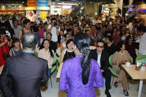 Rất đông công chúng TPHCM đã đến tham dự buổi giao lưu với danh ca Khánh Ly.