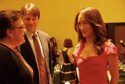 Maggie đứng dậy trò chuyện với các khách mời khác trước khi bắt đầu họp báo