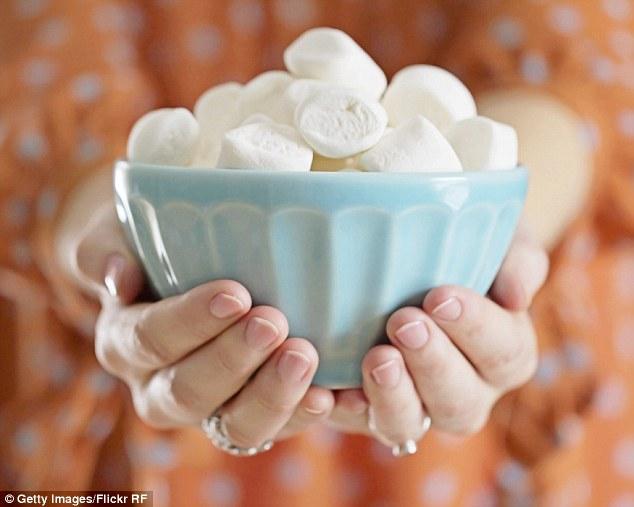 Gelatin trong kẹo dẻo sẽ phủ lên họng, làm giảm kích ứng và đau