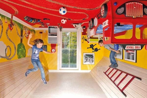 Toàn bộ nội thất trong nhà đều bị dán lên … nóc nhà.