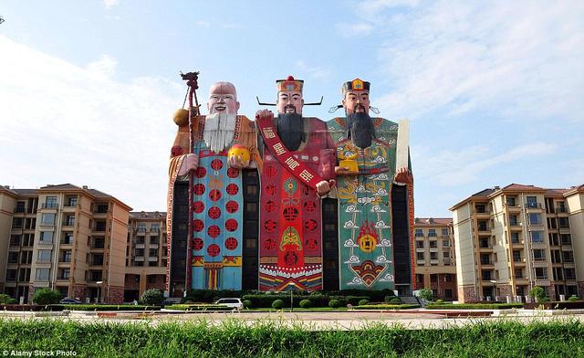 Nhiều du khách khi tới tỉnh Hà Bắc, Trung Quốc, sẽ ấn tượng với kiểu kiến trúc lạ mắt của khách sạn Tianzi. Bên ngoài khách sạn được mô phỏng theo hình tượng khổng lồ của ba vị thần nổi tiếng trong văn hóa Trung Hoa: Phúc, Lộc, Thọ.