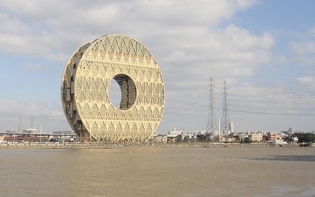 Đây là trụ sở hiện tại của Tập đoàn Hongda Xingye Group và công ty nhựa Quảng Đông. Nằm bên bờ sông Pear, tòa nhà cao 138m, do công ty kiến trúc Di Pasquale của Milan thiết kế.Phần chính giữa của tòa nhà là một vòng tròn có đường kính 50m. Khi phản chiếu xuống dòng sông, hình dáng này sẽ hiện thành hình số 8 – một con số may mắn trong văn hóa Trung Hoa.
