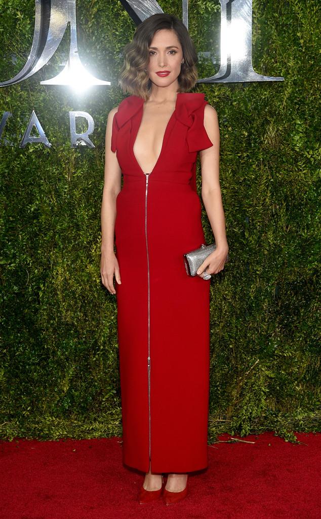 Rose Byrne diện váy đỏ của Delpozo với khóa kéo không kém phần gợi cảm.