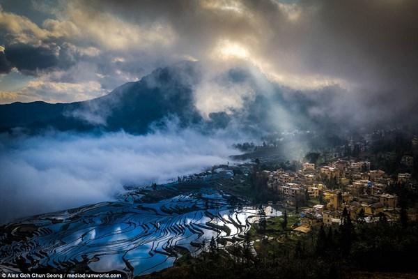 Khoảnh khắc ánh nắng xuyên qua những đám mây chiếu xuống cánh đồng cũng đầy cuốn hút.
