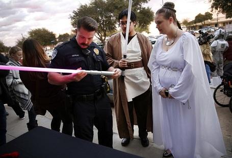 Cảnh sát đang kiểm tra hai thanh kiếm ánh sáng của một cặp vợ chồng đi xem phim ở thành phố Richardson, bang Texas, Mỹ.