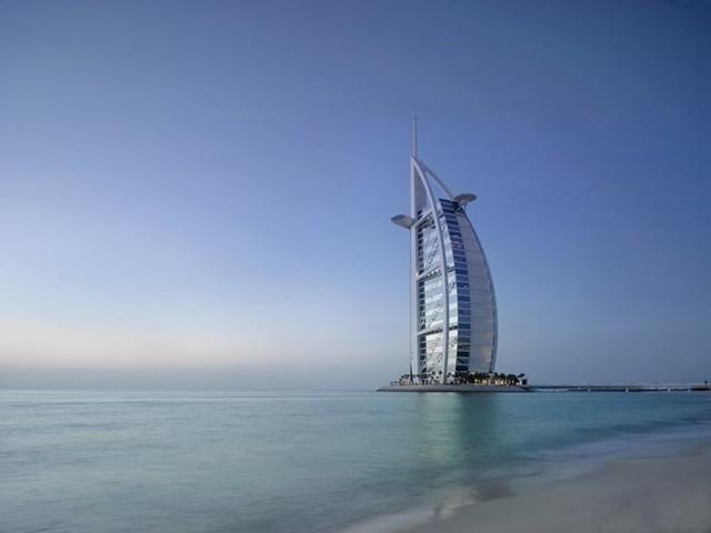 Hoàn thành vào năm 1999, khách sạn Burj Al Arab ở Dubai cao thứ 4 trên thế giới, nằm trên một hòn đảo nhân tạo ở vịnh Ba Tư. Nơi đây được mệnh danh là khách sạn sang trọng nhất trên thế giới
