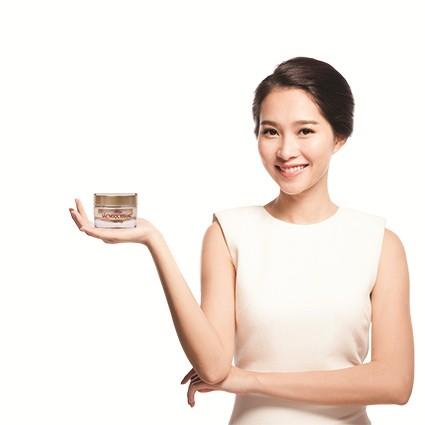 Hoa hậu Đặng Thu Thảo tin dùng kem Sắc Ngọc Khang của Hoa Thiên Phú để duy trì vẻ tươi trẻ cho làn da
