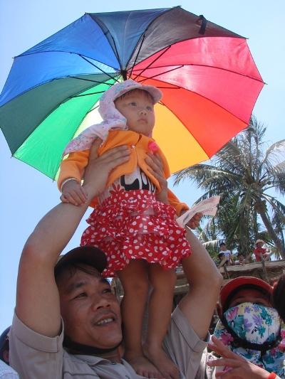 Trẻ em Lý Sơn cũng háo hức xem đua thuyền.