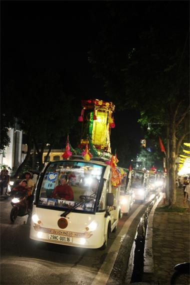 Dàn xe điện trang trí sắc màu trung thu diễu hành trên phố Đinh Tiên Hoàng