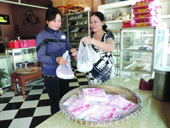 Khách một lần ăn miếng bánh hồng là nhớ, hễ có dịp lại ghé cơ sở mè xửng Bà Điền mua làm quà.