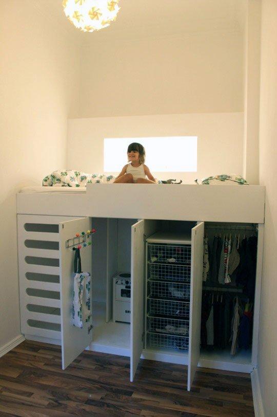 Hệ thống tủ lưu trữ quần áo rộng rãi được kết hợp với giường tầng tạo nên một không gian vừa rộng rãi, vừa tiện nghi cho bé