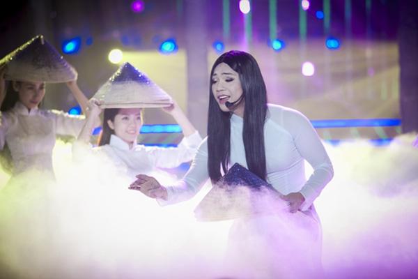 Chàng trai Mai Quốc Việt nữ tính trong tà áo dài khi hóa thân thành NSƯT Vân Khánh và thể hiện ca khúc Huế thương